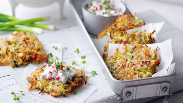 Kartoffelkager med spidskål og dip med karse og radiser