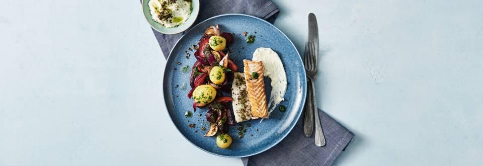 Ovnbagt torsk med bagte rødbeder, rygeostcreme, persilleolie og knas af rugbrød og nødder