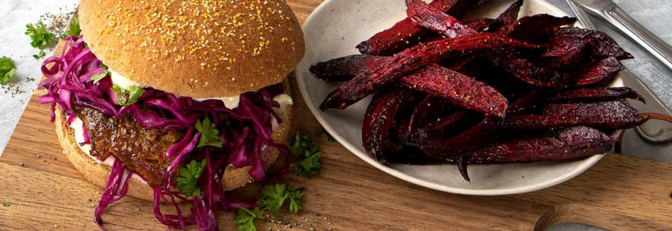 Koteletburger med lynmarineret spidskål og rødbedefritter