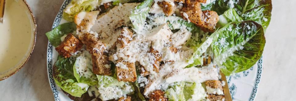 Opskrift på cæsarsalat med kylling og hjemmelavede croutoner fra Lidl