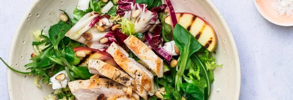 Mættende salat med æble, grillet kylling og ristede pinjekerner