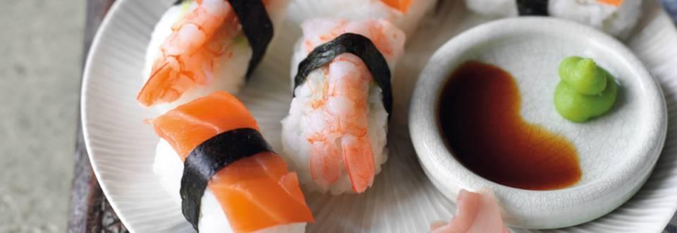 Nigiri sushi med røget laks og rejer