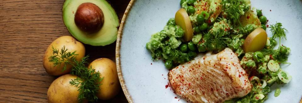 Avocado-kartoffelsalat med torsk