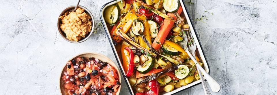 Farverige grøntsager i ovn med hummus og tomatsalsa