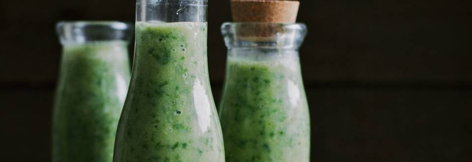 Grøn smoothie med ingefær, banan og grønkål