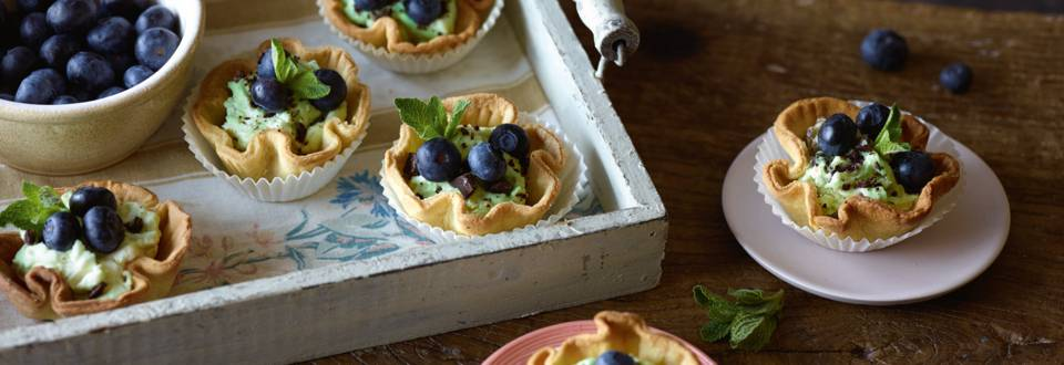 Små desserttærter med mynte og blåbær