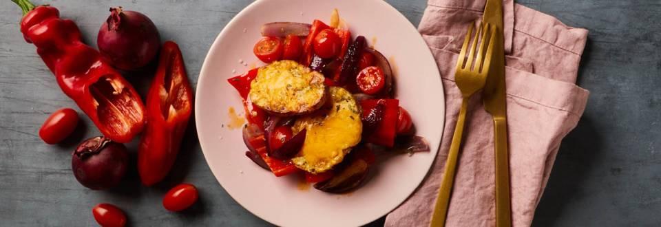 Ovnbagte ostekartofler med  stegte peberfrugter, tomater og løg