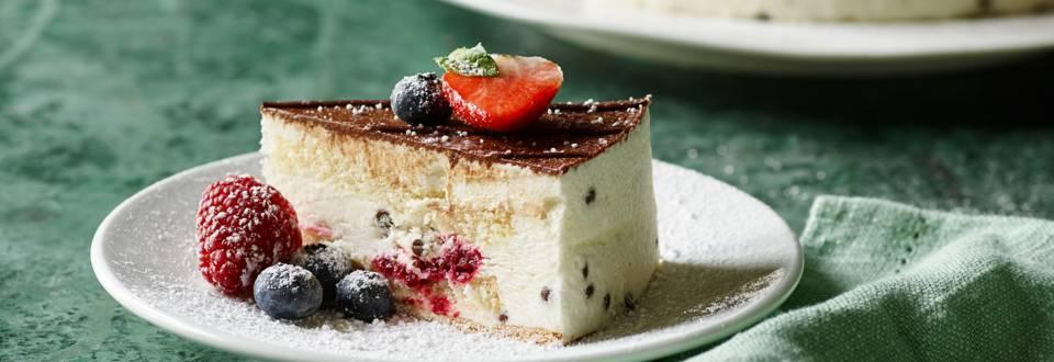 Stracciatella og cherry-kage med friske bær