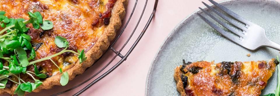 Grov bacontærte med spinat