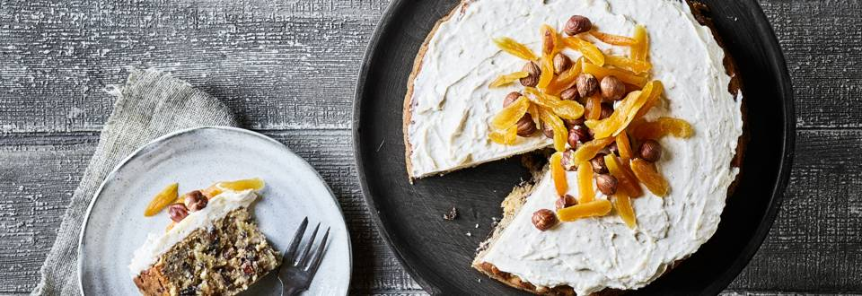 Frugt- og nøddekage med kanelfrosting