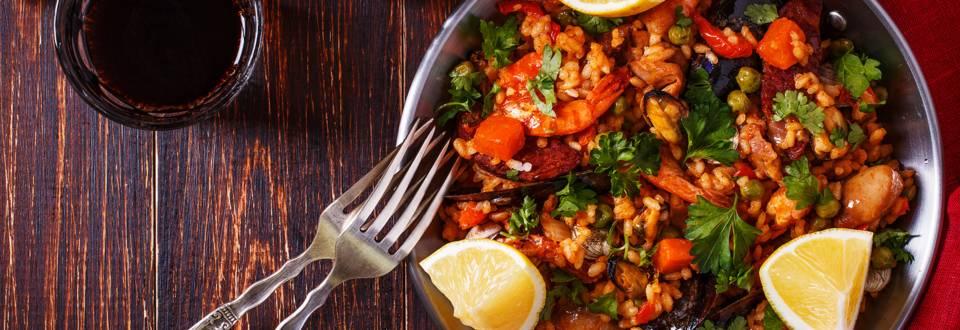 Paella med kylling og skaldyr