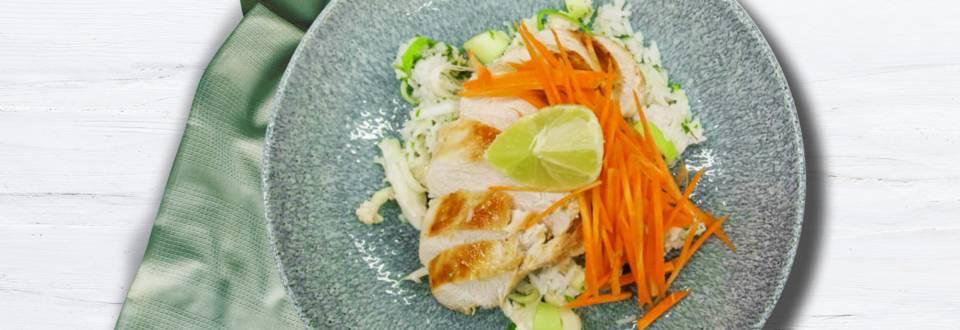 Asiatiskinspireret risret med frisk grønt og soya-/honningglaseret kyllingebryst