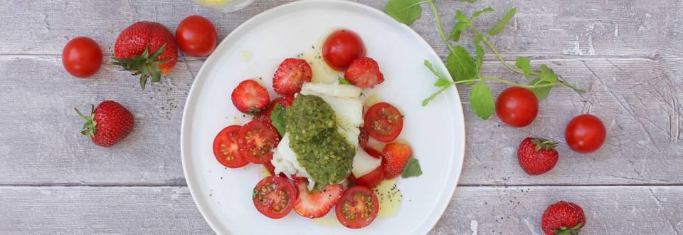 Jordbær-tomatsalat med pestogratineret torsk