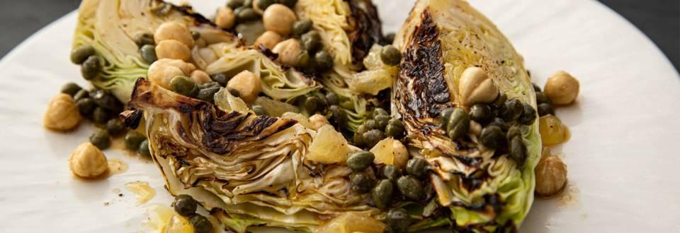 Grillet spidskål m. brunet smør og hasselnødder