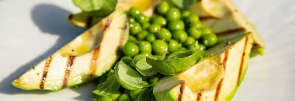 Grillet avokado med citron og ærter