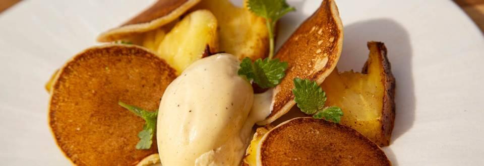 Grillet ananas med dessertblinis og vaniljeis.
