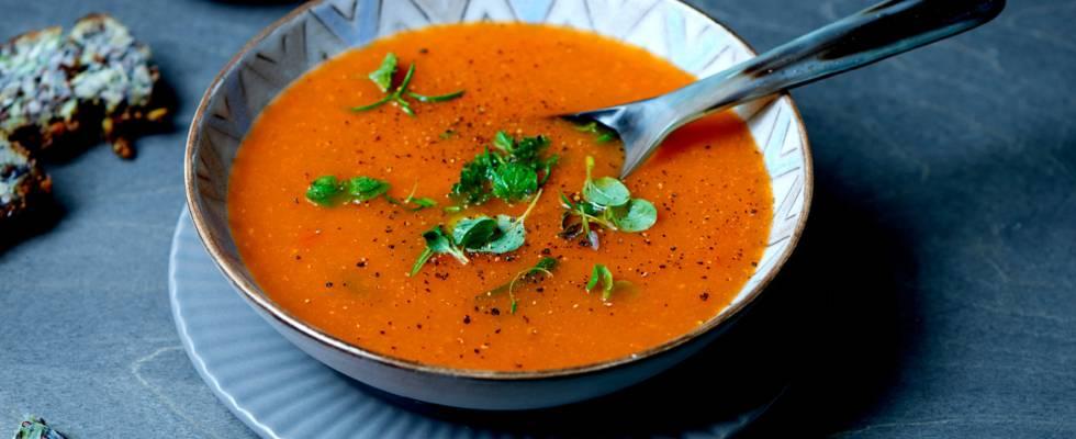 Suppe med tomat, hvidløg og krydderurter