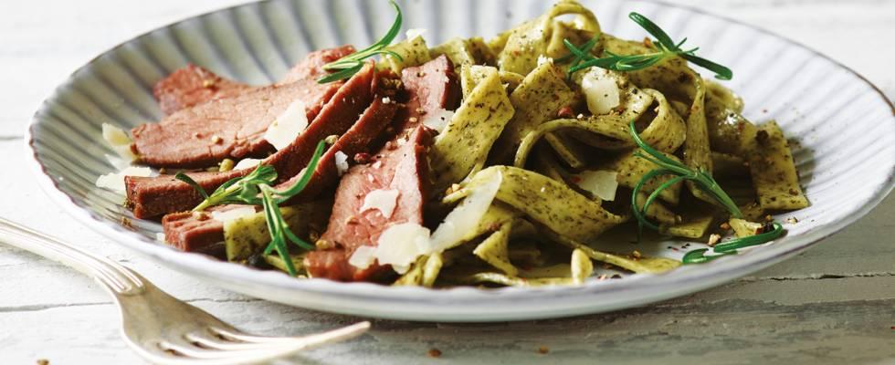 Struds med pasta vendt i rosmarin og rosenpeberolie