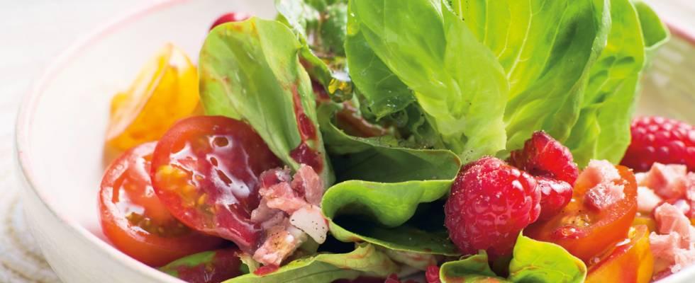 Salat med hindbærvinaigrette og skinke