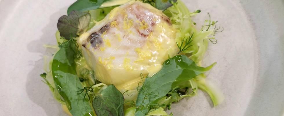 Bagt torsk med broccoli, grønne asparges og blanquette