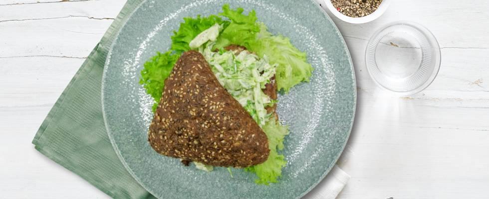 "Frikadellesandwich med \persillekålslaw"" i proteinbolle"