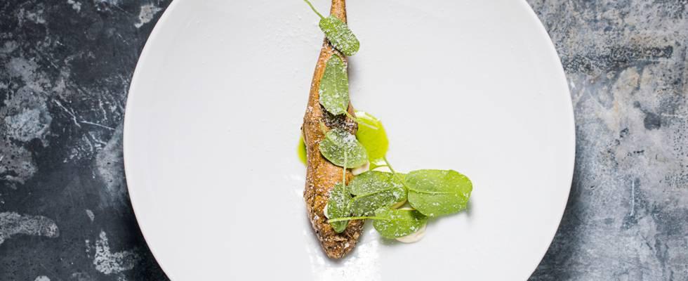 Sprødstegte jordskokker med karamelliserede østers og consommé på bagte jordskokker